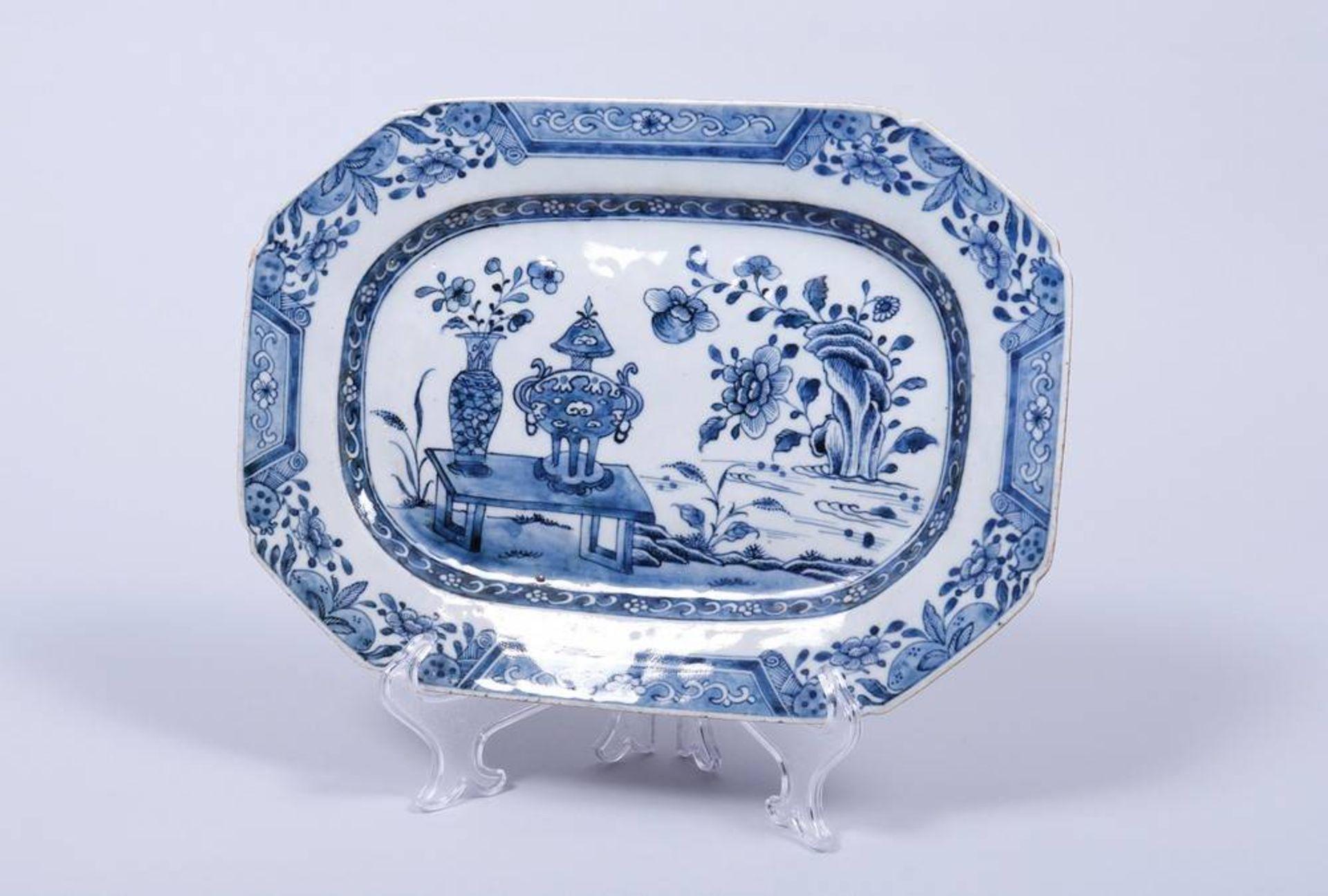 Servierplatte, wohl China, 19.Jh. polygonale Form, im Spiegel Tisch-, Vasen und Felsdekor in
