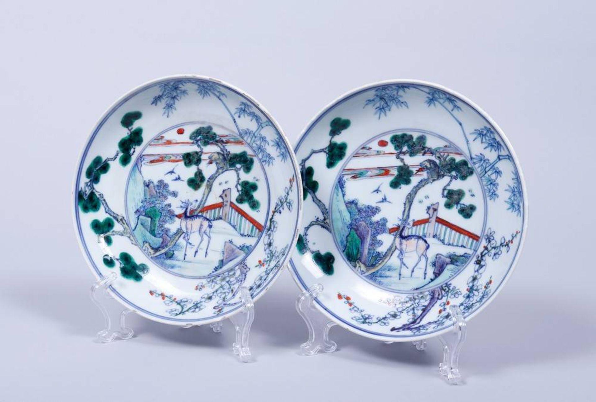2 Doucai-Teller, China, wohl 19.Jh. im Spiegel Parklandschaft mit Affe und Hirsch,