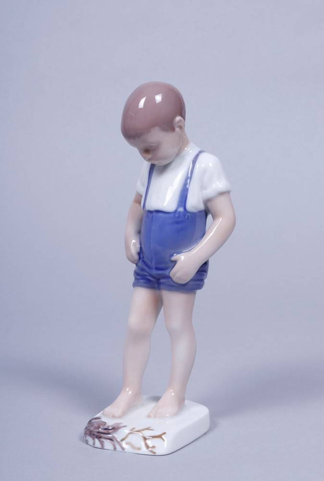 "Junge mit Krabbe, Bing & Gröndahl, 20.Jh. Porzellan, polychrom bemalt, Modell-Nr. ""1870"","