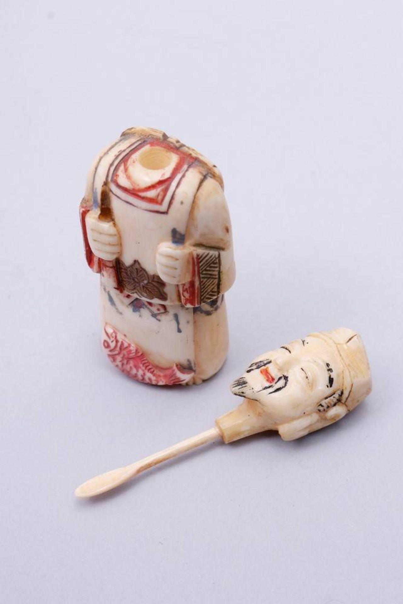 Figürliche Snuff-Bottle China, Anfang 20. Jh., stehender Fischer, Kopf als Verschluss, Elfenbein, - Bild 7 aus 7