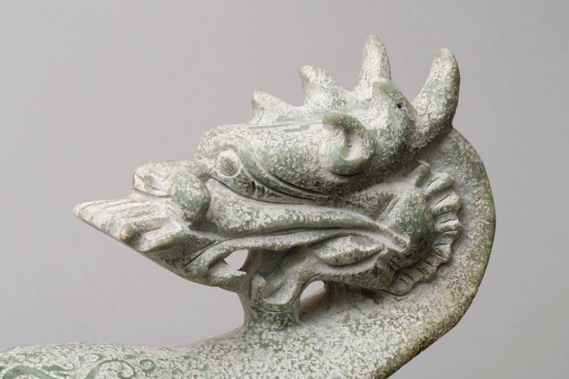 Übergroßer Gürtelhaken China, wohl 20. Jh., Jade, geschwungene Form mit plastischem Drachenkopf, - Bild 3 aus 5