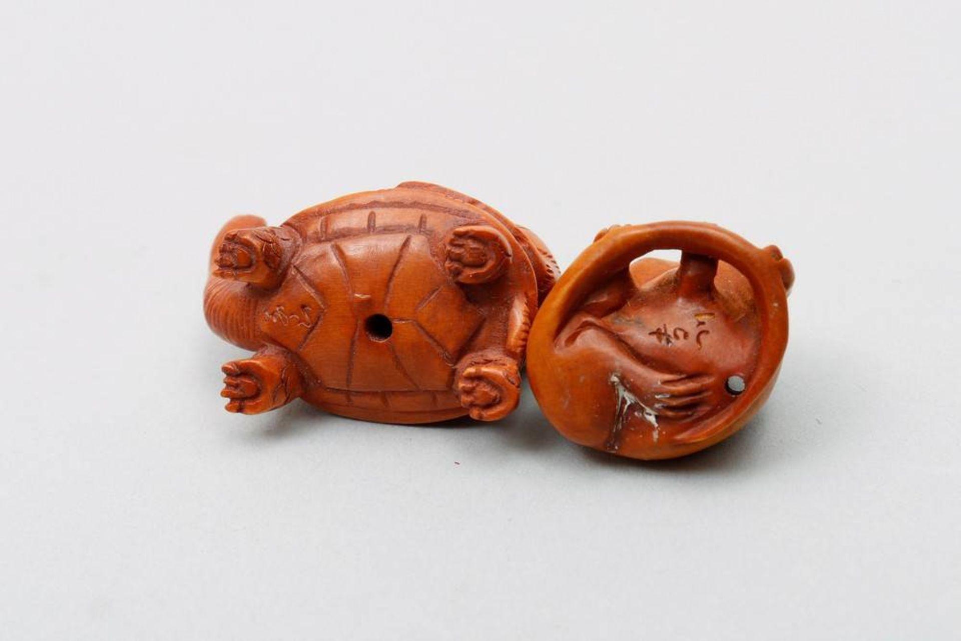 2 Ojime wohl Japan, um 1900/20, sitzende Ratte mit Glasaugen und Tiger auf einer Schildkröte - Bild 4 aus 4