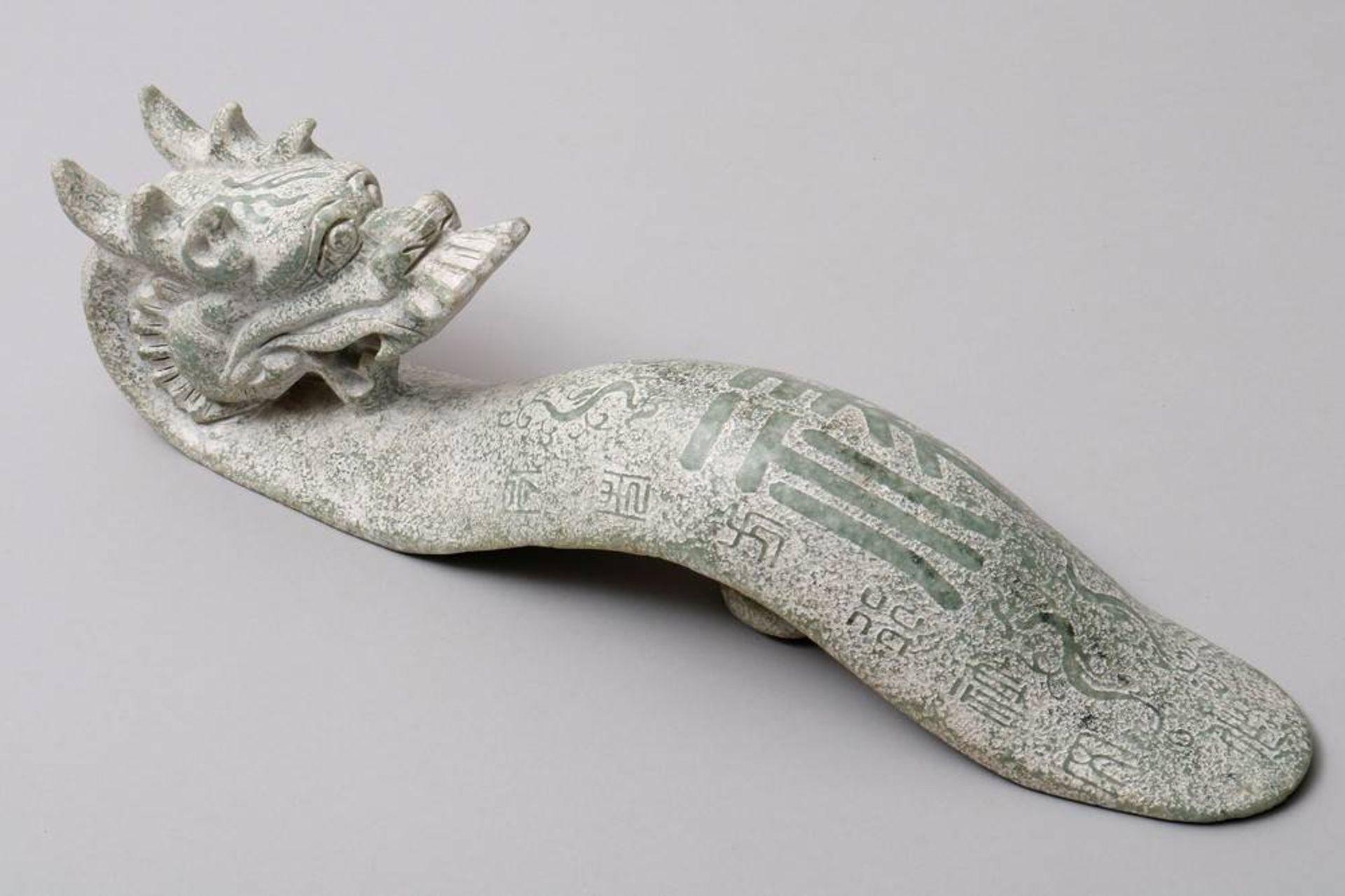 Übergroßer Gürtelhaken China, wohl 20. Jh., Jade, geschwungene Form mit plastischem Drachenkopf, - Bild 2 aus 5