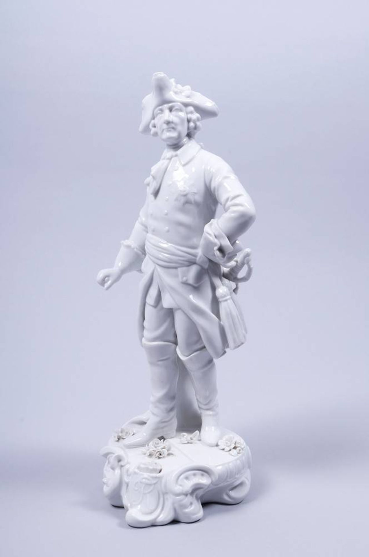 Alter Fritz, Aelteste Volkstedter Porzellanfabrik, 20.Jh. auf Rocaillesockel, stehender Friedrich