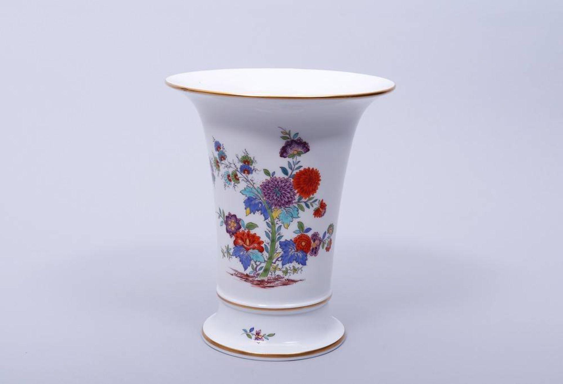 Vase, Meissen, Kakiemon-Dekor, 20. Jhdt.Porzellan, polychrom bemalt, goldstaffiert, Trompetenform,