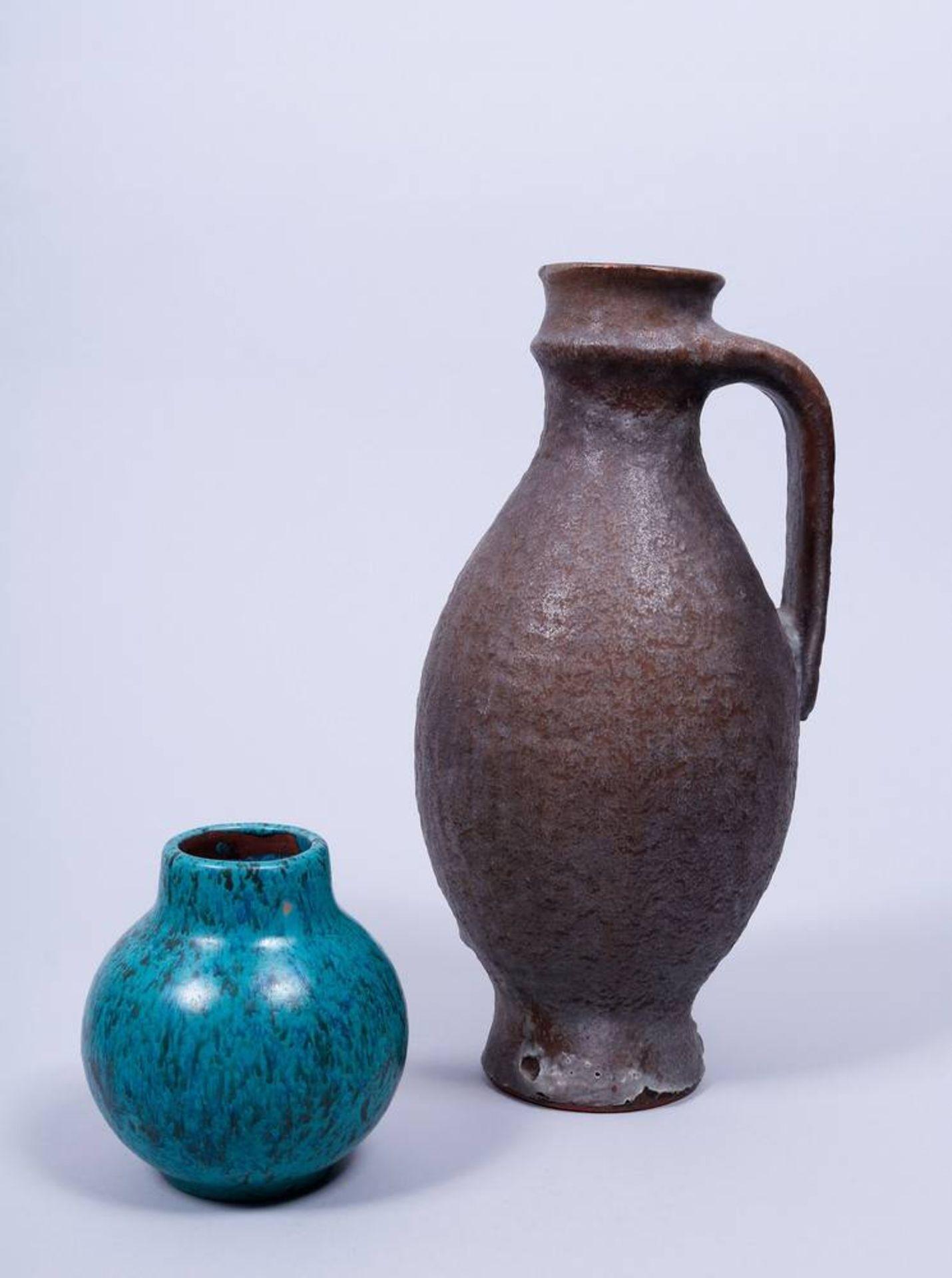Kleines Konvolut Keramik, Karlsruher Majolika, um 1960 bestehend aus 1 Krug und 1 Vase, Entwurf - Bild 3 aus 6