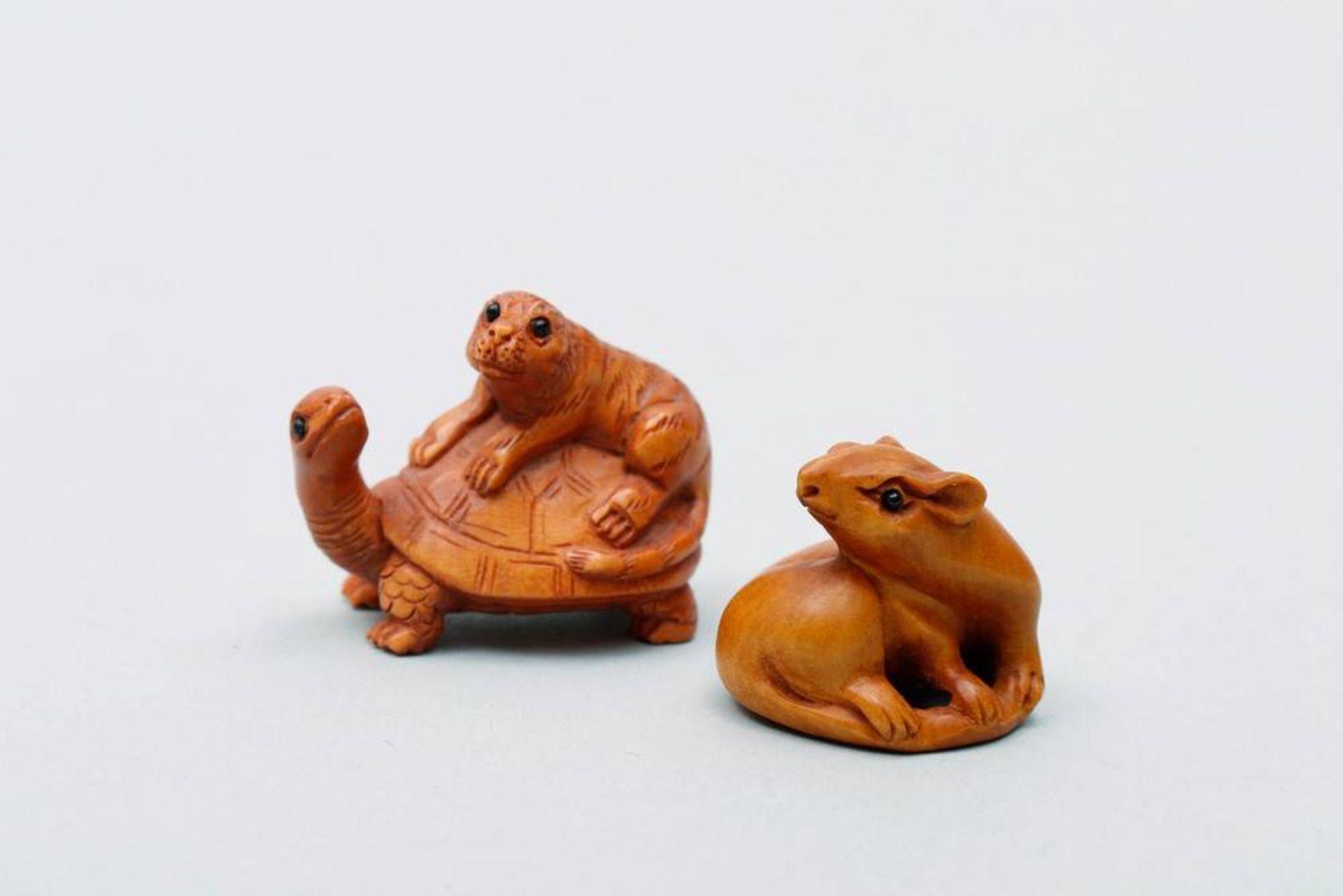 2 Ojime wohl Japan, um 1900/20, sitzende Ratte mit Glasaugen und Tiger auf einer Schildkröte