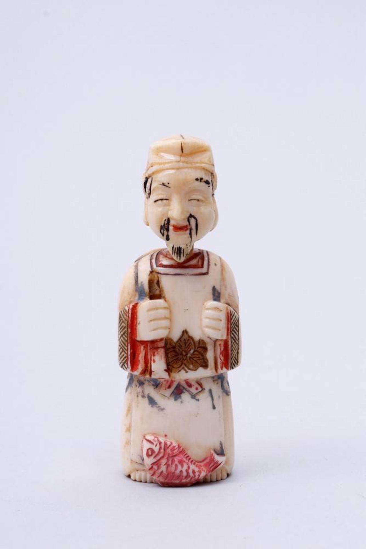 Figürliche Snuff-Bottle China, Anfang 20. Jh., stehender Fischer, Kopf als Verschluss, Elfenbein,