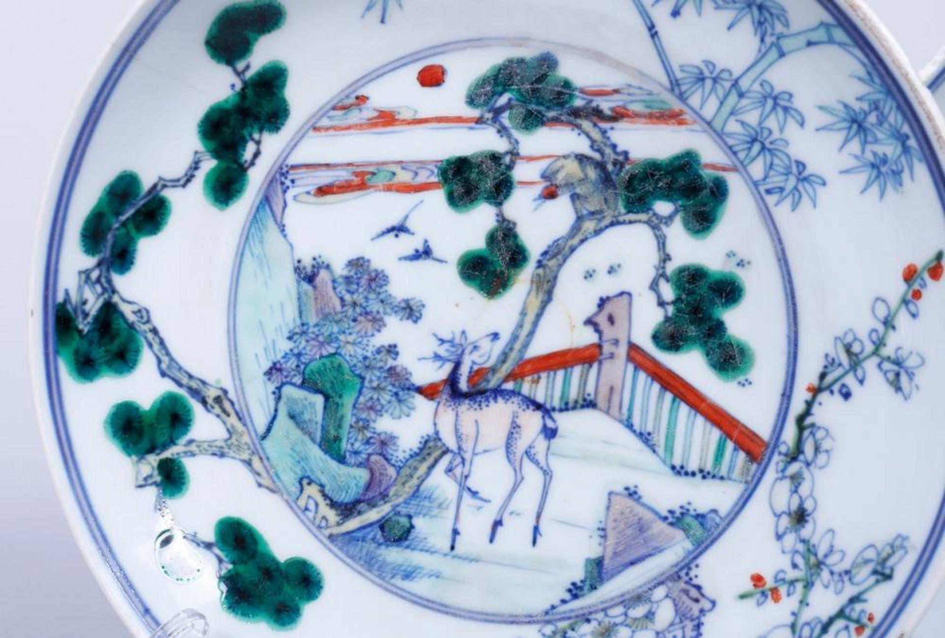2 Doucai-Teller, China, wohl 19.Jh. im Spiegel Parklandschaft mit Affe und Hirsch, - Bild 2 aus 4