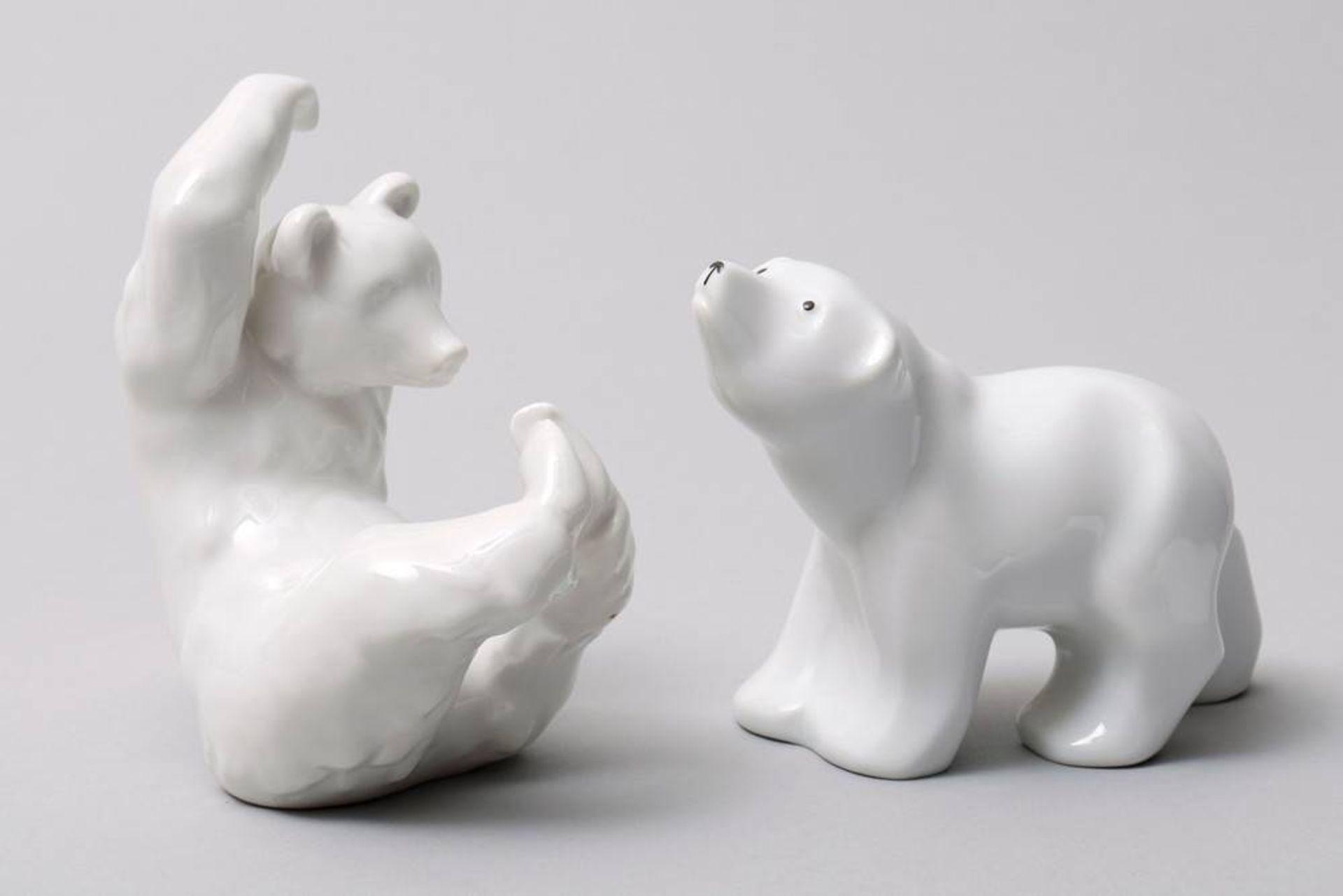 2 Bären, KPM-Berlin, 20. Jhdt. Weißporzellan, 1x sitzender Bär, die Pfoten hoch gestreckt, 1x