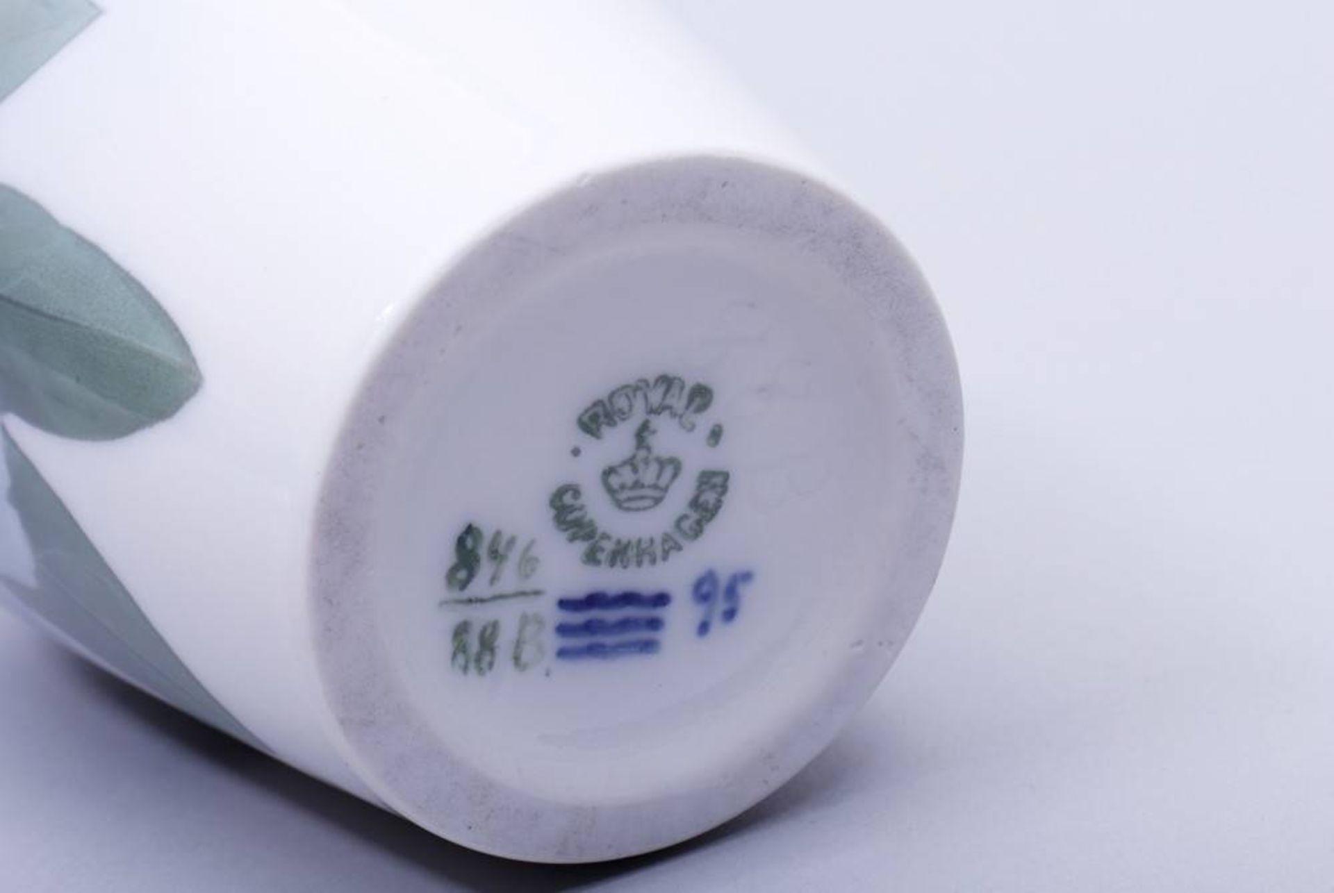 Kleine Vase, Royal Kopenhagen, 20. Jhdt.Porzellan, polychrome Unterglasurmalerei, ovoider Korpus mit - Bild 2 aus 2