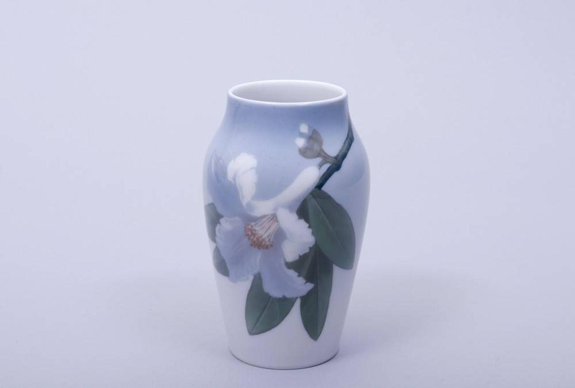 Kleine Vase, Royal Kopenhagen, 20. Jhdt.Porzellan, polychrome Unterglasurmalerei, ovoider Korpus mit