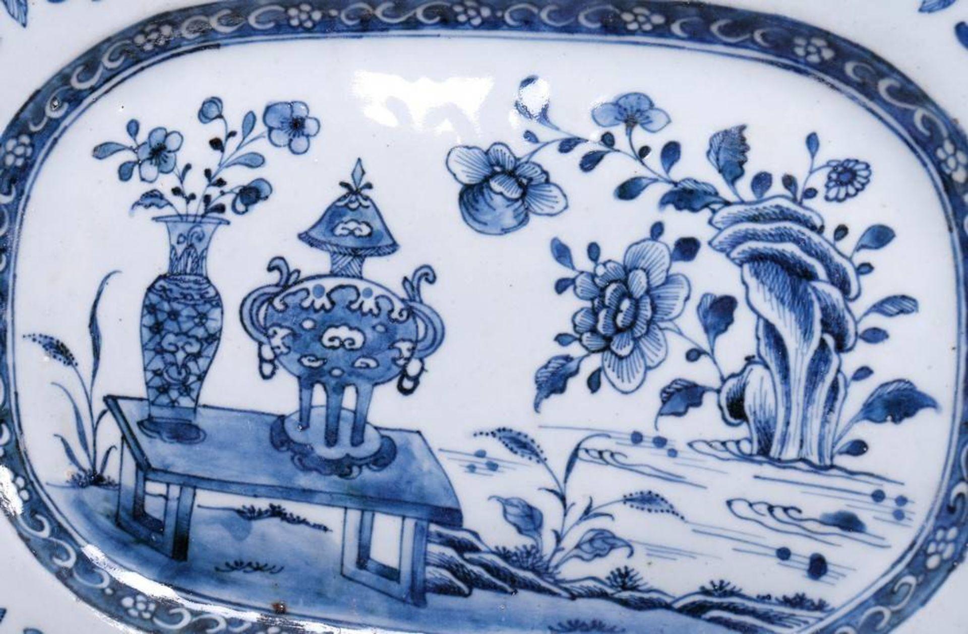Servierplatte, wohl China, 19.Jh. polygonale Form, im Spiegel Tisch-, Vasen und Felsdekor in - Bild 2 aus 3