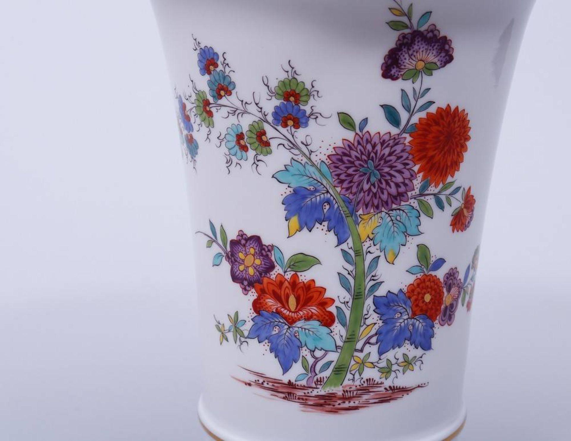 Vase, Meissen, Kakiemon-Dekor, 20. Jhdt.Porzellan, polychrom bemalt, goldstaffiert, Trompetenform, - Bild 2 aus 3