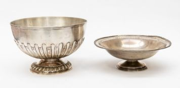 An Edwardian silver bowl, reeded rim plain top section above fluting on spreading circular foot,