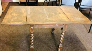 An early 20th Century oak folding leaf table, raised on twisted supports. 75cm H x 89cm D x 76cm