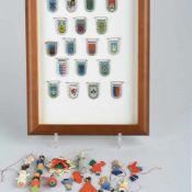 Konvolut Winterhilfswerk insg. über 30 Stück, dabei u.a. 1 x Posten von 18 Wappen-Ansteckern,