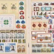 Großes Konvolut Briefmarken postfrisch und gestempelt, Schwerpunkt DDR, dabei u.a.: 1 x Steckalbum