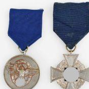 """Paar Dienstauszeichnungen III. Reich 1 x """"Für treue Dienste in der Polizei - 8 Jahre"""", am blauen"""