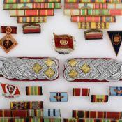 Konvolut Orden und Ehrenzeichen DDR insg. ca. 36 Stück, dabei: 1 x Paar Offiziers-Epauletten NVA,