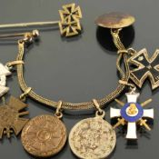 Miniaturorden I./II. WK 1 x Kette mit Knopf und Nadel, daran 6 Miniaturausführungen von Orden und