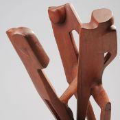 Unbekannter Künstler Teakholz, rot-braun gefasst, stilisierte Darstellung dreier Eisläufer, 2