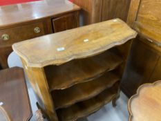20th cent. Maple veneer scallop edged bookcase with three shelves on hoof feet. 32ins. x 12ins. x