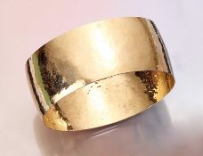 18 kt gold bangle , YG 750/000, approx. 50 g, hammer finish, diam. approx. 6.7 cm