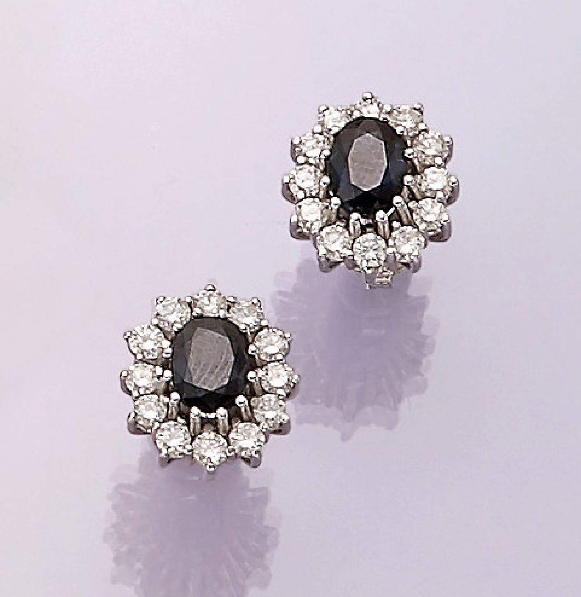 Los 31559 - Pair of 14 kt gold blossom earrings with sapphires and brilliants , WG 585/000, 2 oval bevelled