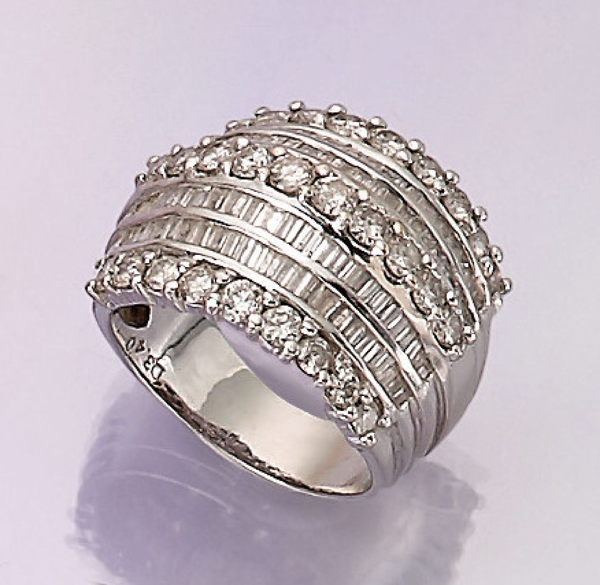 Los 31550 - 18 kt gold ring with diamonds , WG 750/000, 7-rowed with brilliants and diamond baguettes total