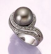 18 kt gold ring with cultured tahitian pearl and brilliants , WG 750/000, centered pearl,diam.