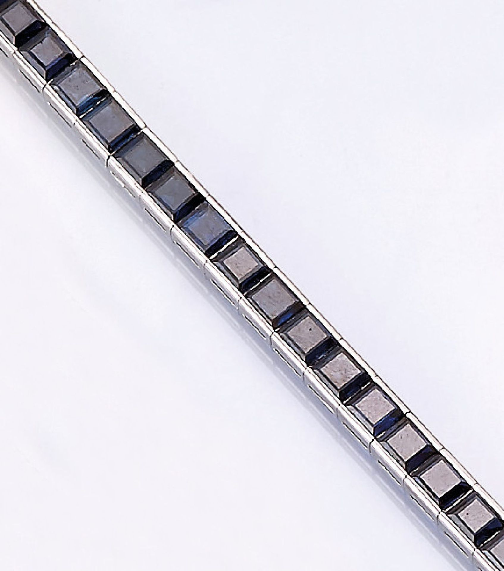 Los 31539 - 18 kt gold riviere bracelet with sapphires ,WG 750/000, 38 sapphire squares total approx. 12.0 ct,