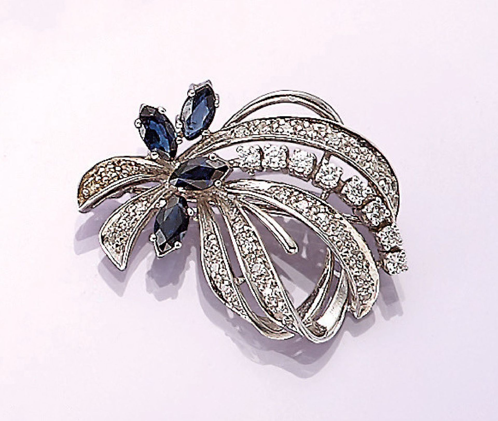 Los 31541 - 14 kt gold brooch with sapphires and diamonds , WG 585/000, 4 bevelled sapphire marquises total