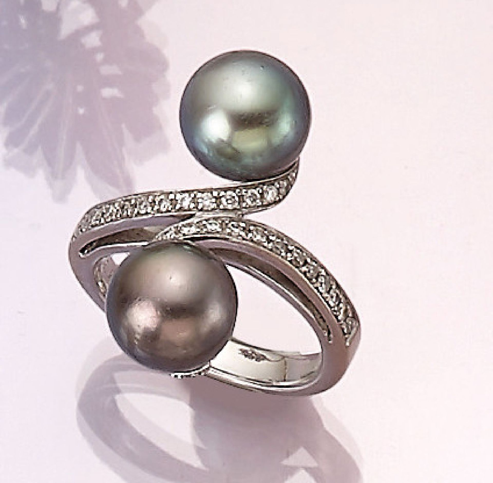 Los 31551 - 18 kt gold ring with cultured tahitian pearls and diamonds , WG 750/000, asymm. splint with 2