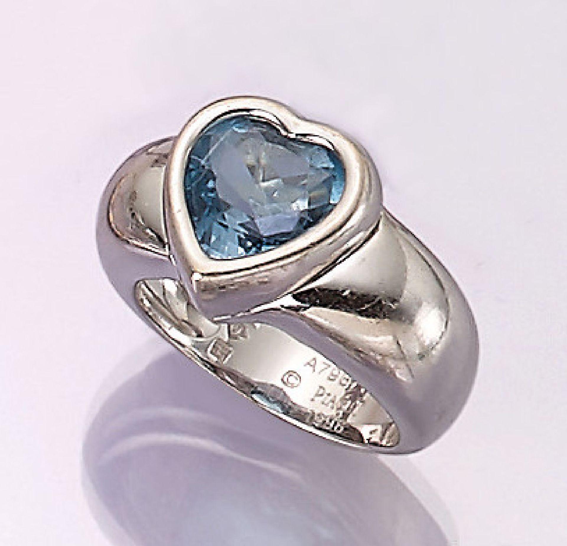 Los 31552 - 18 kt gold PIAGET ring with topaz , WG 750/000, bevelled blue topaz heart (treated), splint heart
