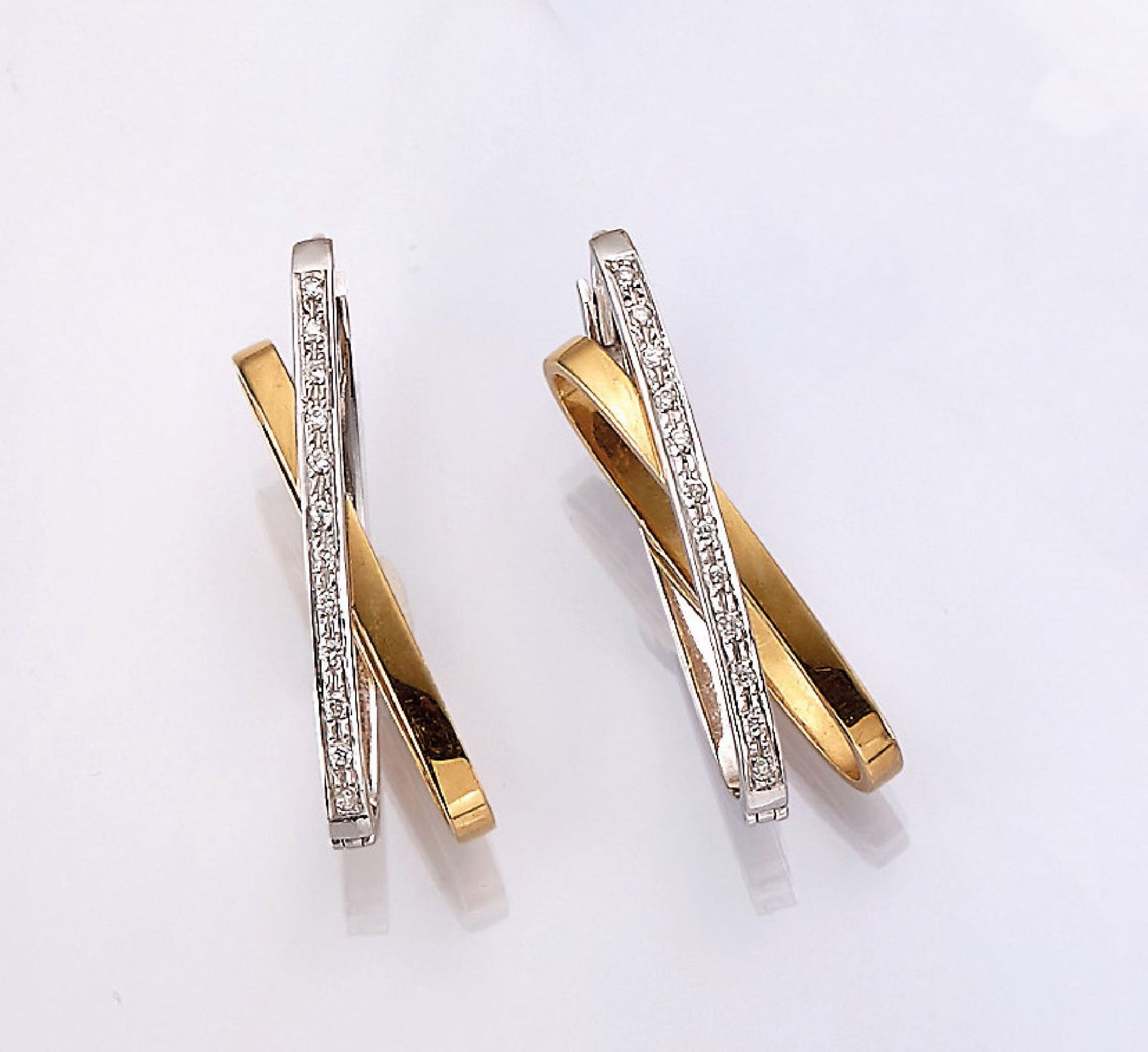 Los 31530 - Pair of 18 kt gold earrings with brilliants , YG/WG 750/000, 2 intertwined rings with brilliants