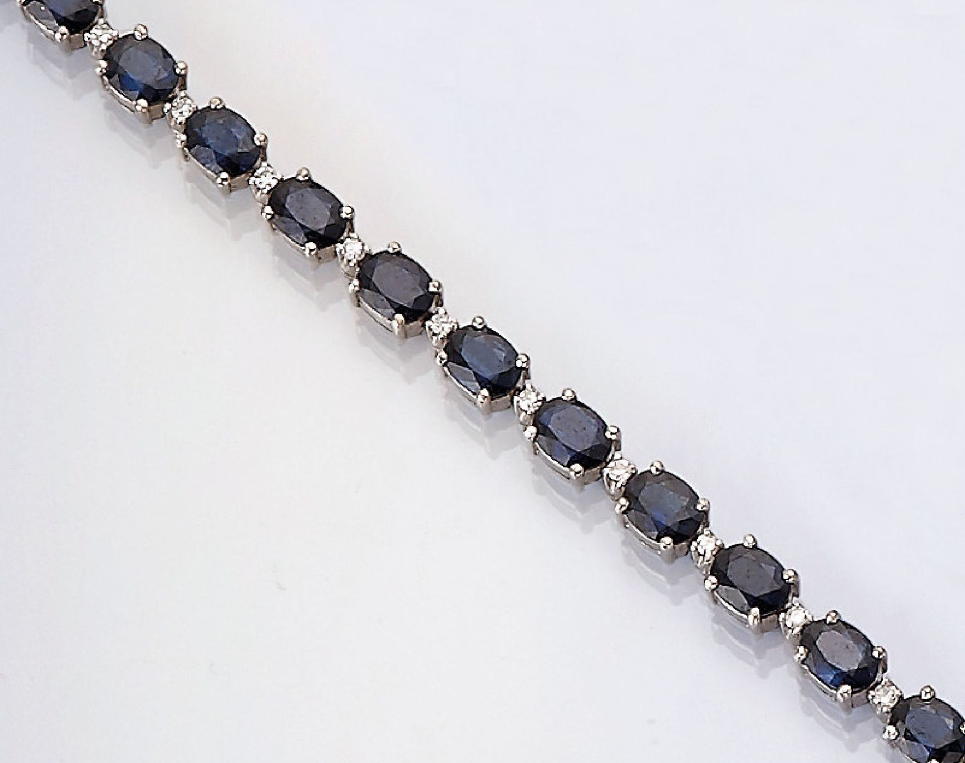 Los 31556 - 14 kt gold bracelet with sapphires and diamonds , WG 585/000, oval bevelled sapphires total