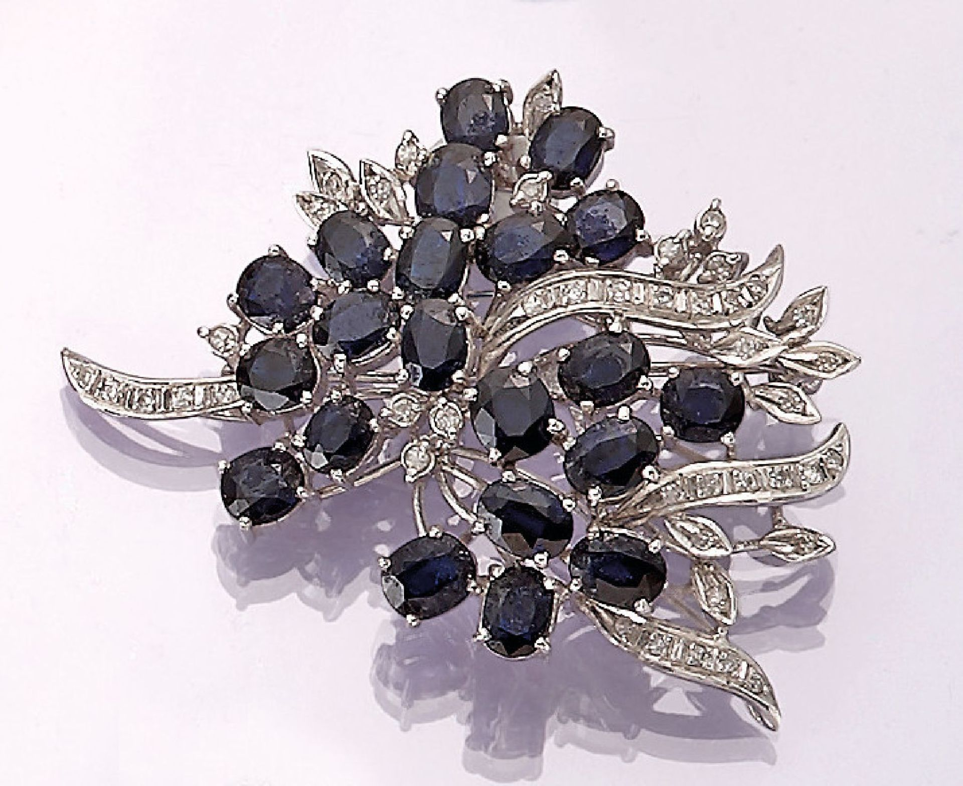 Los 31553 - 14 kt gold brooch with sapphires and diamonds , WG 585/000, floral design, oval bevelled sapphires