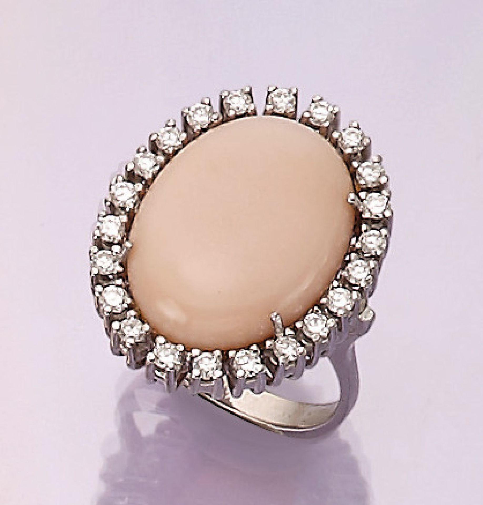 Los 31549 - 18 kt gold ring with angel skin coral and brilliants , WG 750/000, oval angel skin coral cabochon,