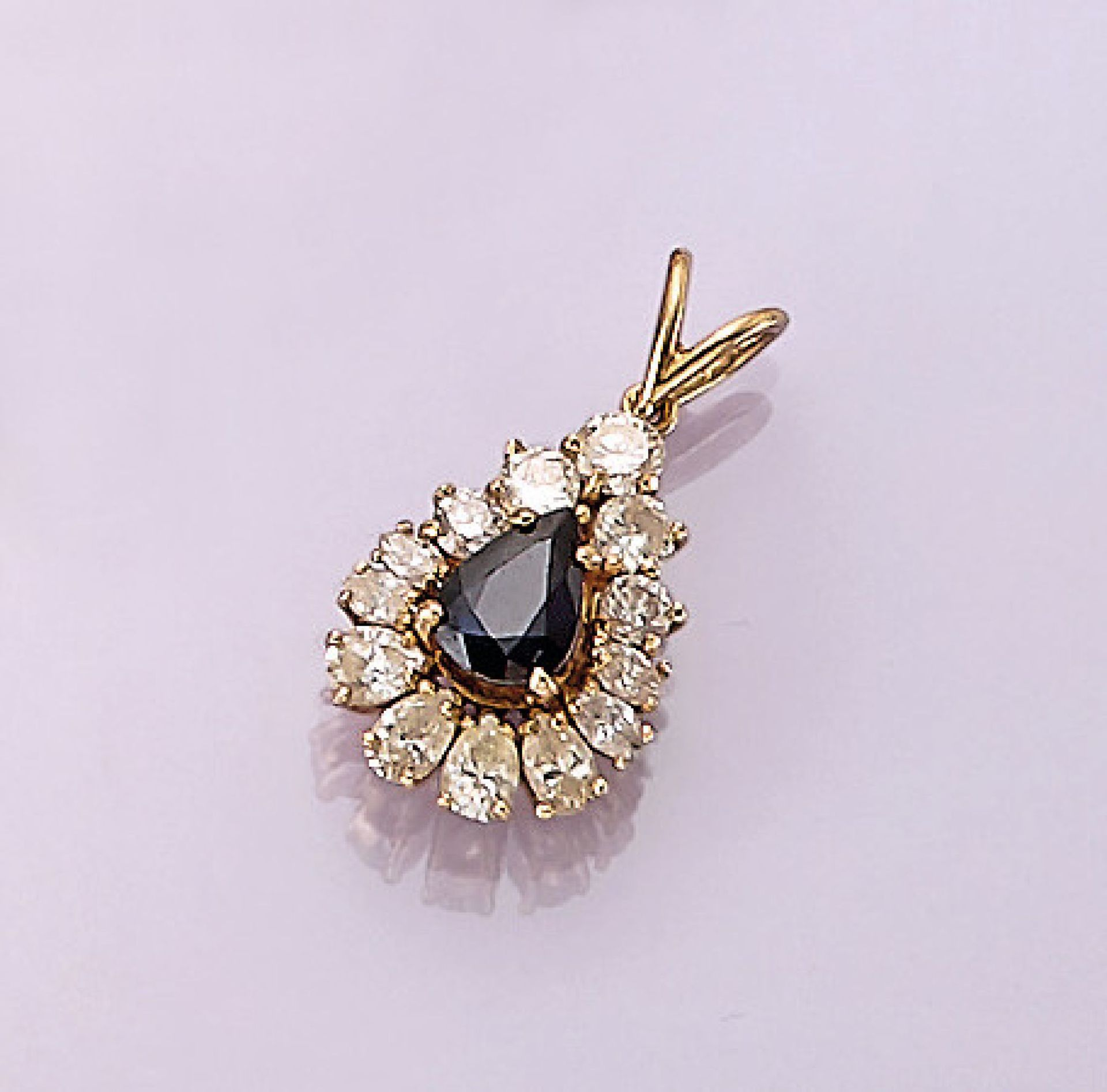 Los 31529 - 18 kt gold pendant with diamonds and sapphire , YG 750/000, centered pear shaped bevelled sapphire
