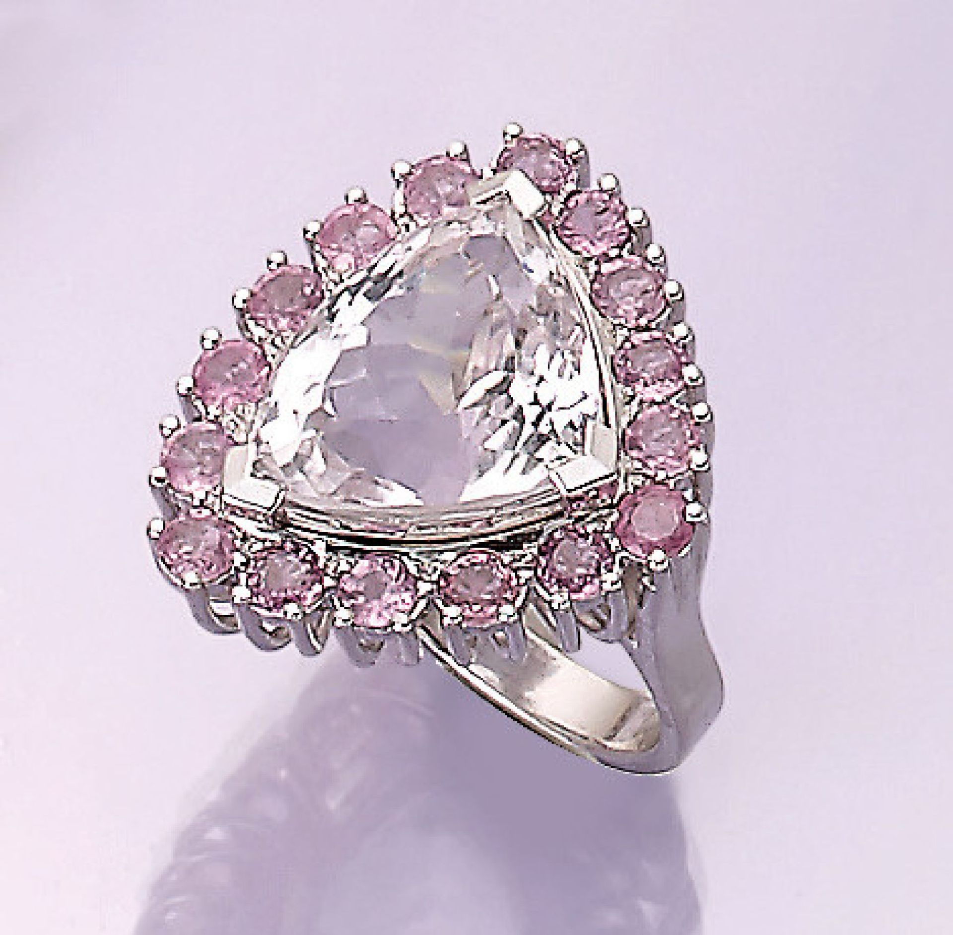 Los 31536 - 14 kt gold ring with morganite and tourmalines , WG 585/000, centered morganite triangle approx. 6
