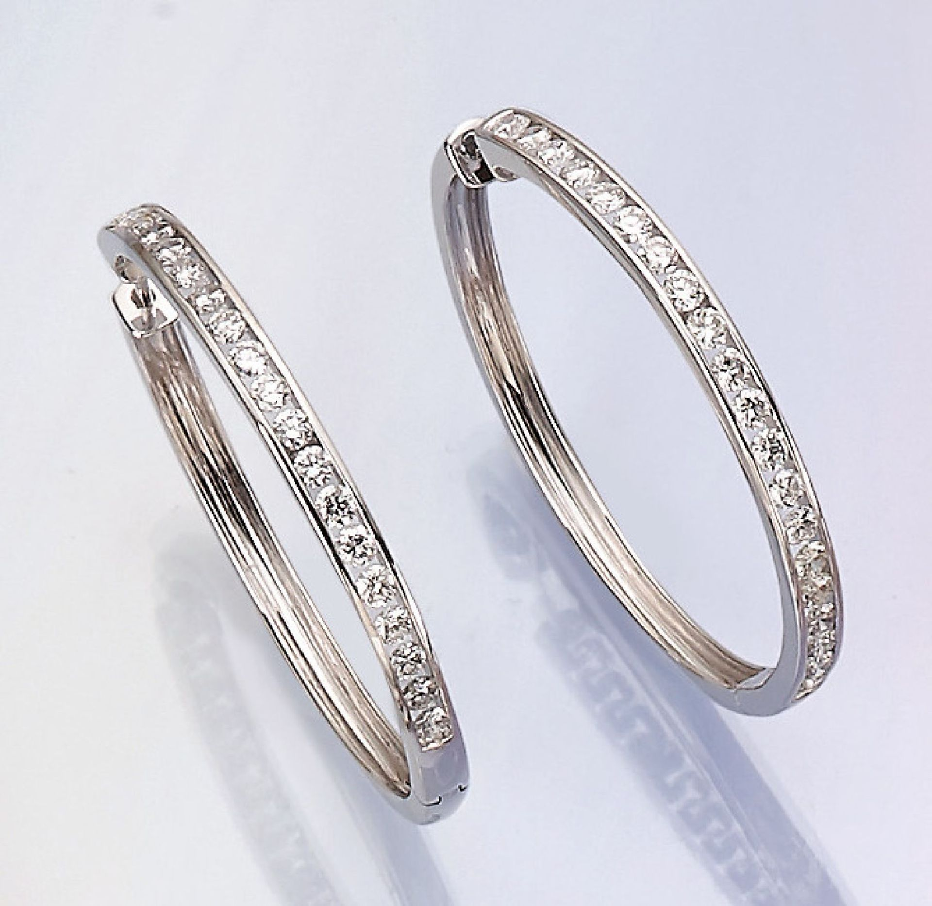 Los 31547 - Pair of big 14 kt gold hoop earrings with brilliants , WG 585/000, 40 brilliants totalapprox. 2.19