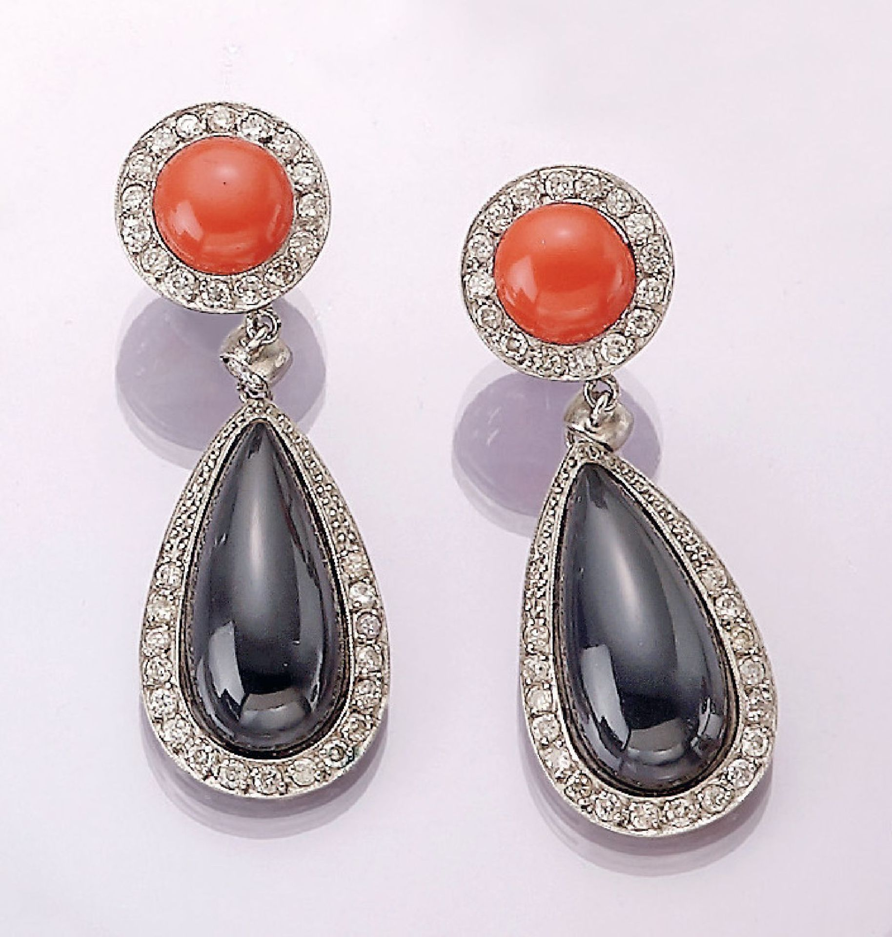 Los 31557 - Pair of 18 kt gold earrings with onyx, brilliants and coral , WG 750/000, each 1 round coral