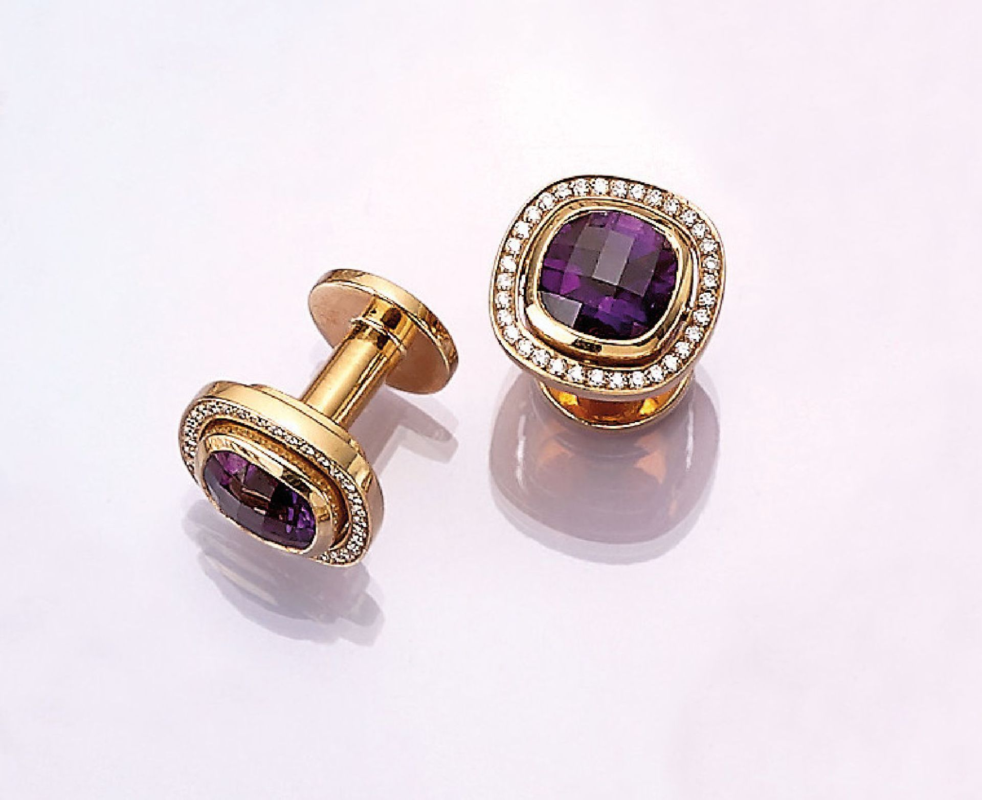 Los 31526 - Pair of 18 kt gold cufflinks with amethyst and brilliants , YG 750/000 tested, 2 amethysts in