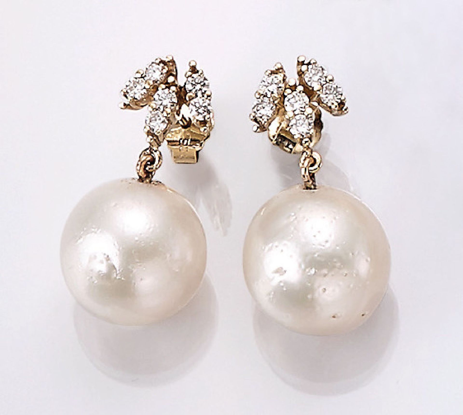 Los 31514 - Pair of 14 kt gold earrings with pearls and brilliants , YG 585/000, 2 white cultured south seas