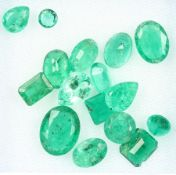Lot 16 loose emeralds , total approx. 10.38 ct, in different cuts and sizes, partially dismounted