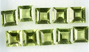 Lot 10 loose bevelled peridot squares , total 11.23 ct, calibrated Valuation Price: 1100, - EURLot