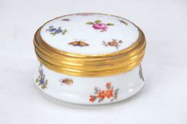 Tabatiere, Meissen, around 1830, Rhomb decor, decorative Rhomb decor, flowers and insects, painter