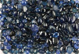 Lot sapphires , total approx. 200 ct, different sizes, shapes and clarities, partially