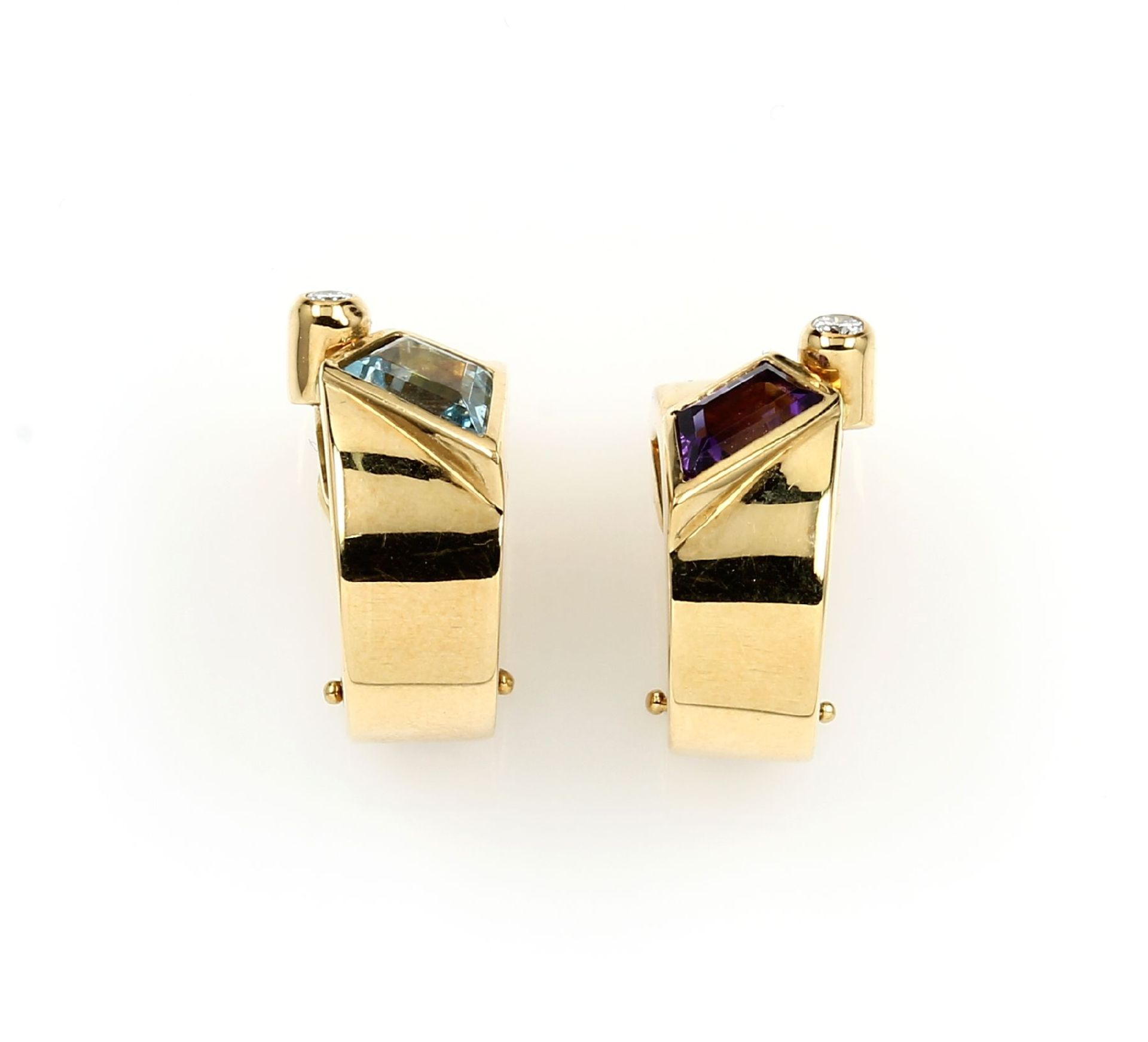 Los 61555 - Pair of 18 kt gold ear clips with coloured stones and brilliants , YG 750/000, bevelledamethyst
